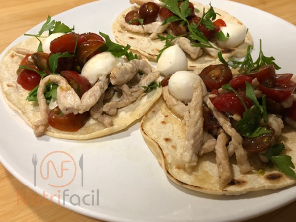 Tortillas de maiz con mozzarella y cherry
