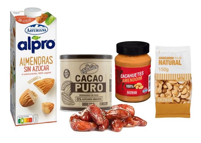 Ingredientes de la receta: Leche de almendras, cacao, crema de cacahuete, anacardos y dátiles.