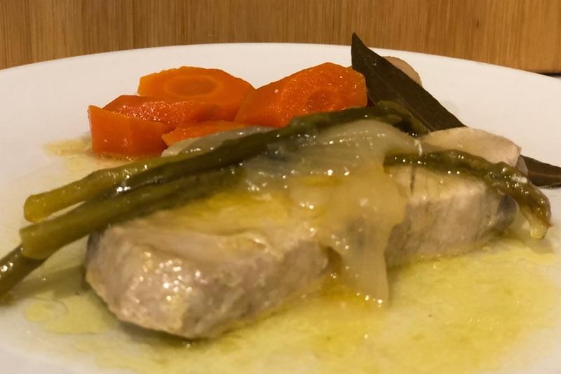 presentacion del atun en escabeche con verduras