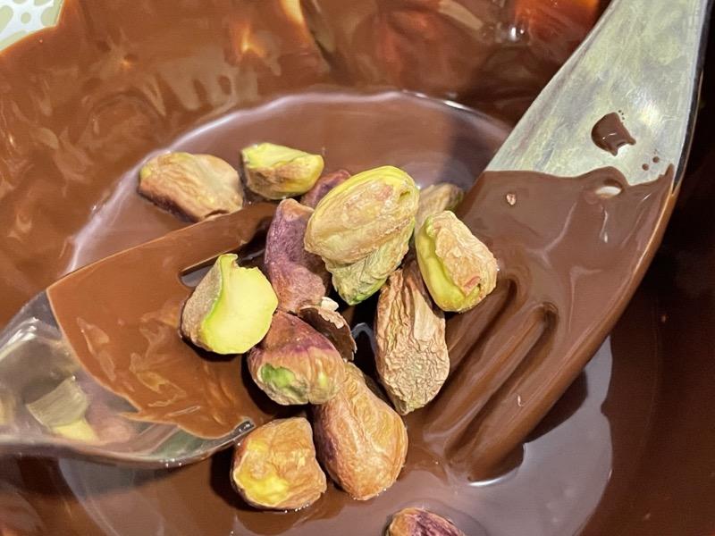 Pistachos sumergidos en chocolate
