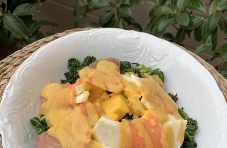 Plato de ensalada de kale con vinagreta de mango