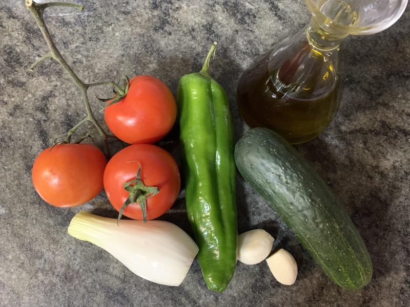 Ingredientes naturales para elaborar gazpacho sin pan