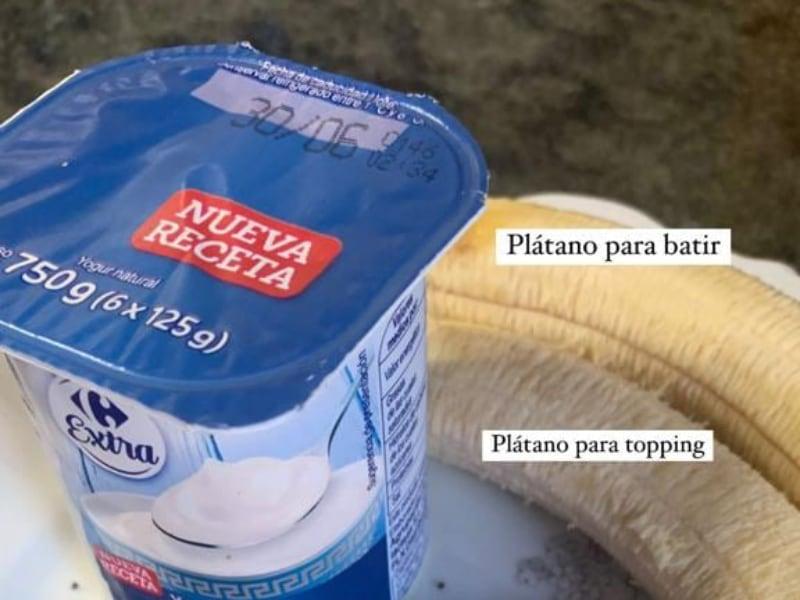 Yogur griego y plátano para el bolw