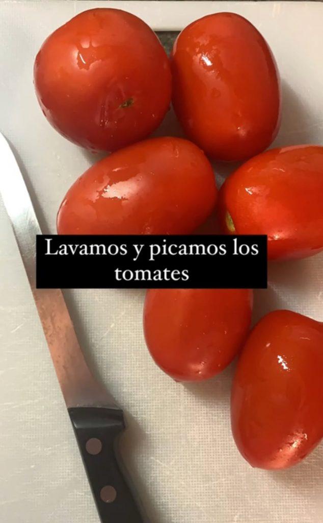 Tomates lavados para preparar el plato murciano