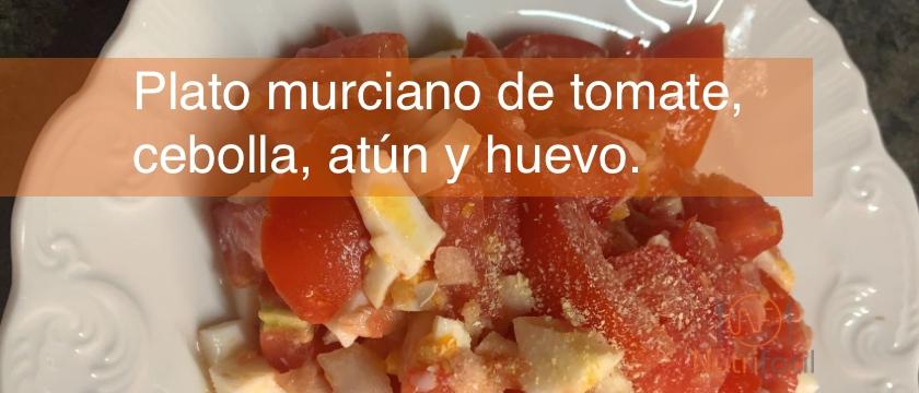 Plato murciano al estilo Nutrifácil, con tomate, cebolla, huevo y atún