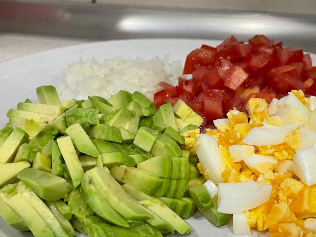 Picar el huevo, tomate, cebolla y aguacate