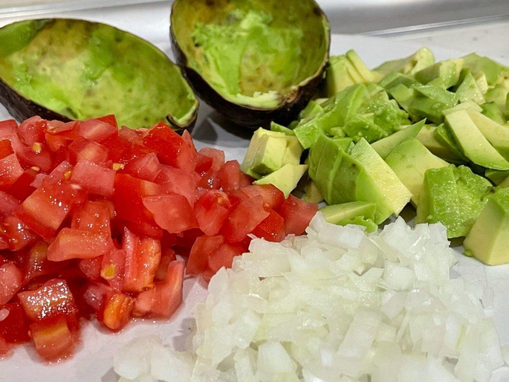 Cortar los ingredientes para el aguacate relleno de Nutrifacil