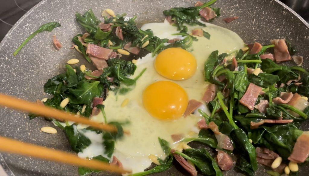 Huevos con espinacas, jamón y piñones