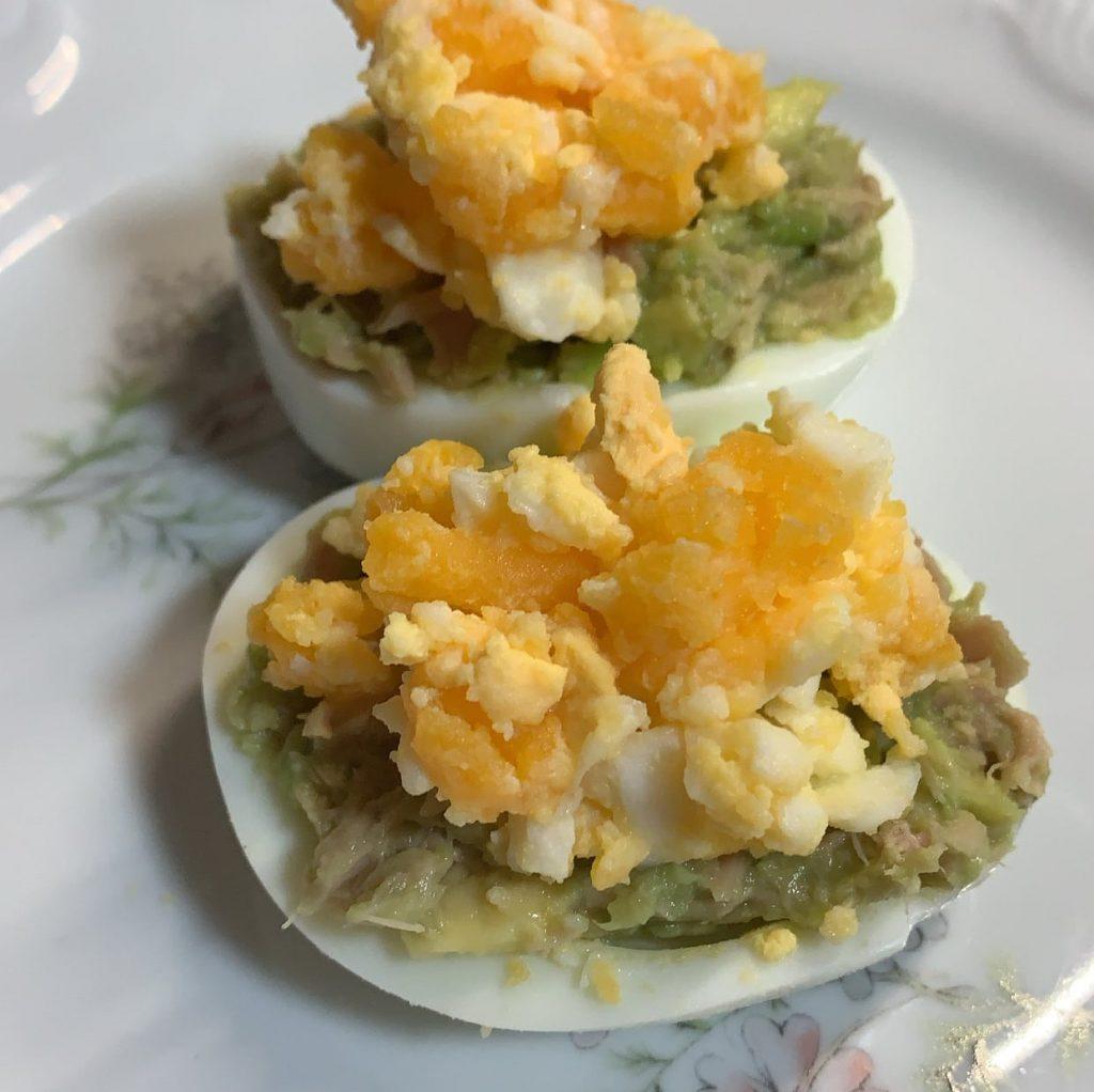 huevos rellenos Nutrifácil con aguacate y atún